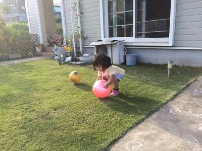 コロナリスクの高い公園には行かず戸建ての庭で遊ぶ子供
